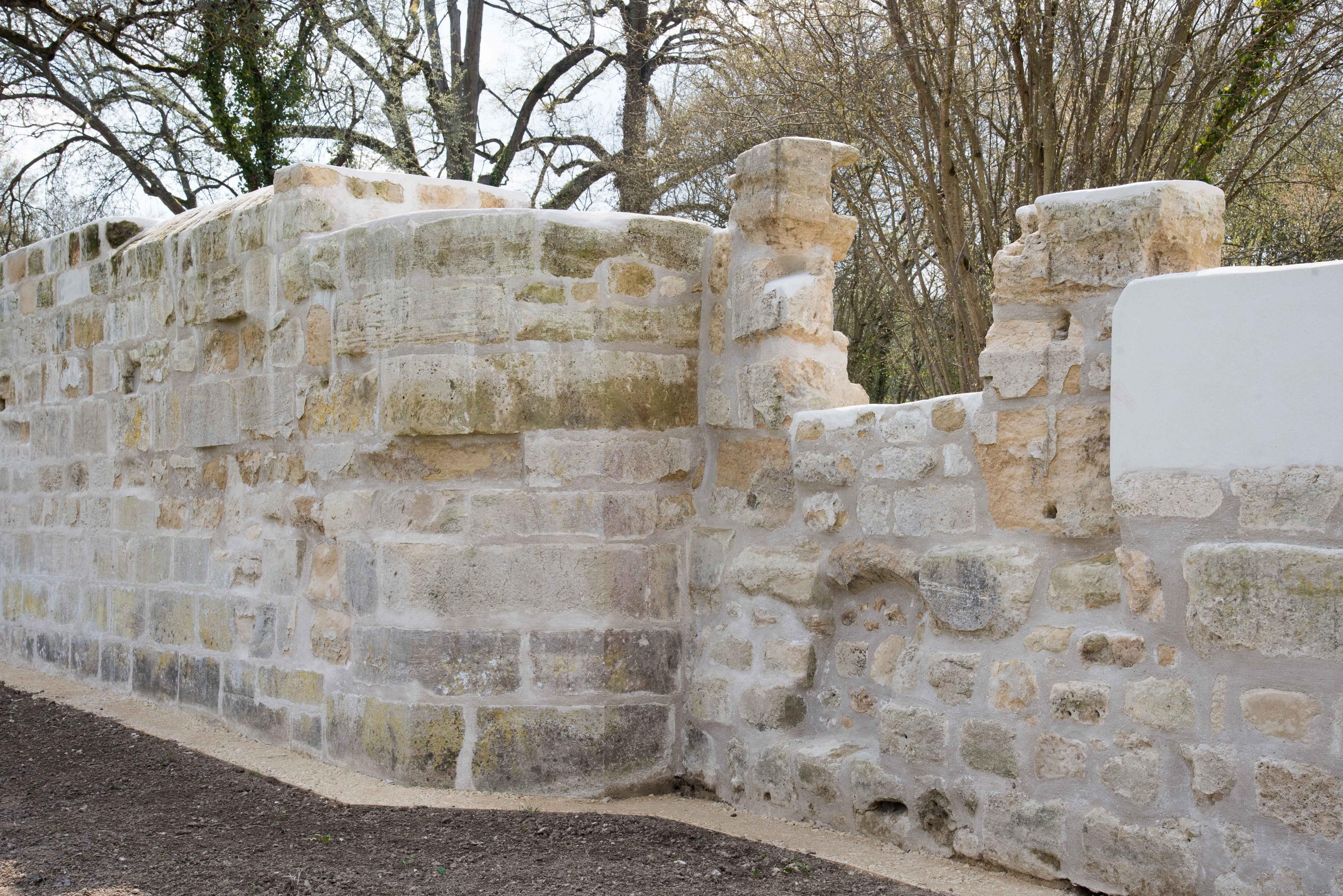 Le mur côté prés avec le décrochement de l'abbatial